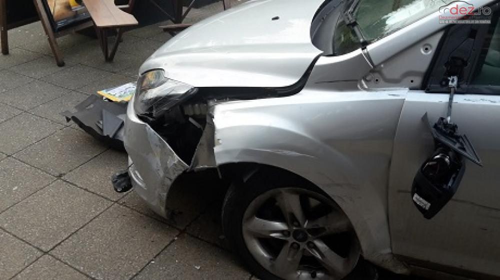 Cumpar Ford Focus din 2012, avariat in totalitate