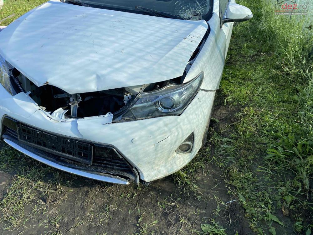 Vand Toyota Auris din 2013, avariat in fata