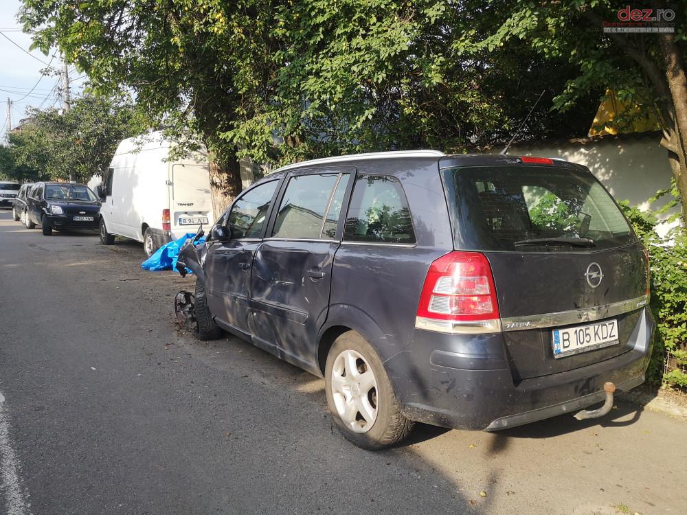 Vand Opel Zafira din 2007, avariat in fata, lateral(e)